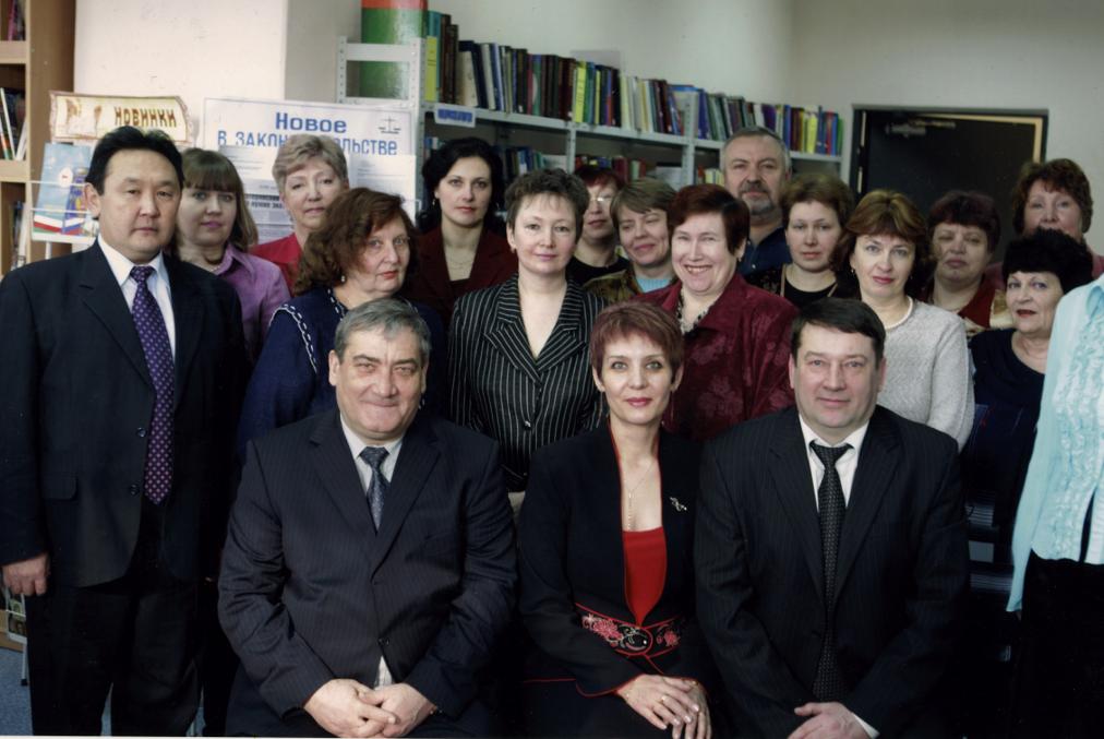 Президент РС (Я) В.А.Штыров, Глава МО «Алданский район» С.А.Кузнецов  с коллективом библиотеки, март 2007 г.